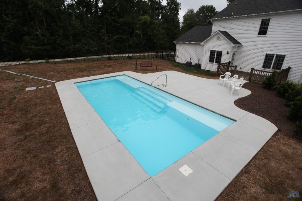 The Grand Manhattan is a beautiful rectangle pool with a very convenient elongated bench seat! This seating arrangement is becoming very popular and lots of home owners enjoy the increased relaxation areas it provides.