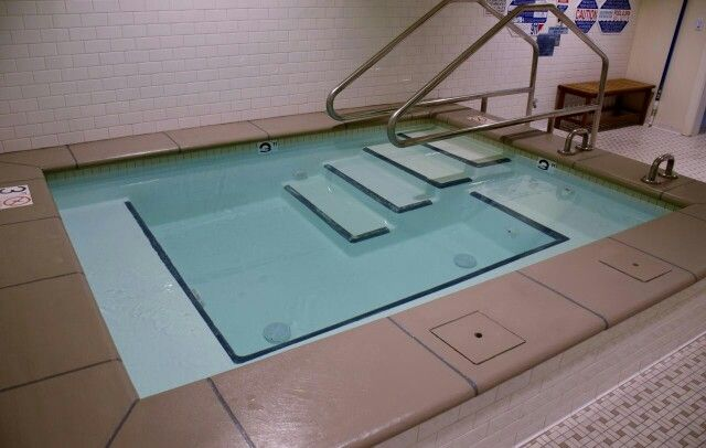 The Peninsula Spa provides a relaxing layout that is popular for health clubs, gyms and athletic facilities. It's easy to enter & exit while providing plenty of seating for multiple bathers.